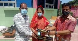 কুষ্টিয়া ডিসির উদ্যোগে খোকসার ২০ দুস্থ নারীকে সেলাই মেশিন প্রদান